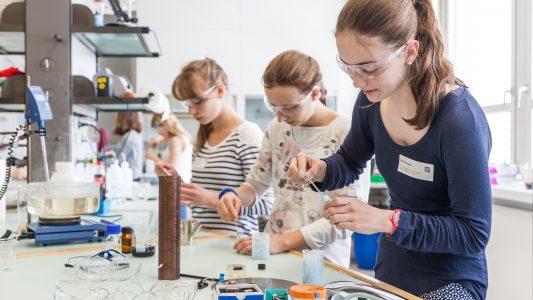 Mädchen im Labor - Nur langsam trauen sich Mädchen auch in klassische Männerberufe. Gut so, denn die Bedingungen sind dort viel besser. (Foto: Kompetenzzentrum Technik-Diversity-Chancengleichheit e.V.)