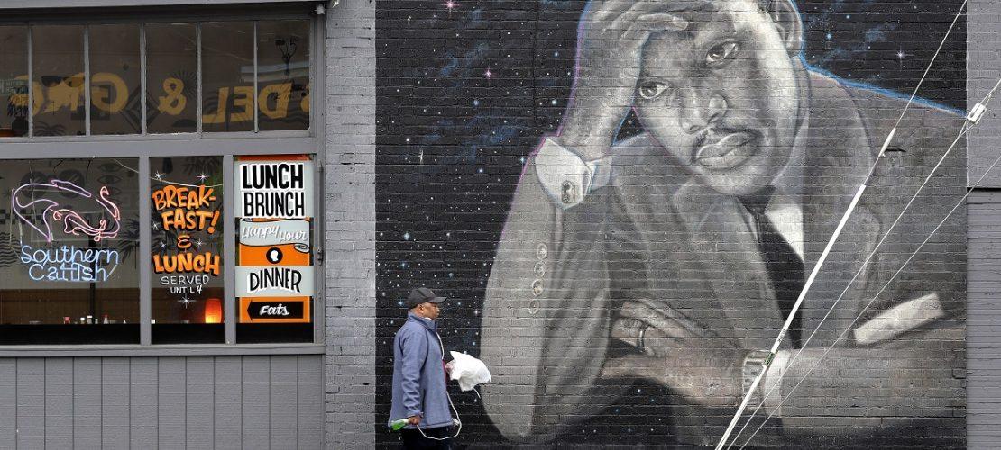 Wandgemälde mit dem Konterfei von Martin Luther King Jr. entlang. Das Gemälde stammt von dem Künstler James Crespinel und ist aus den 1990er Jahren. (Foto: Elaine Thompson/AP/dpa)