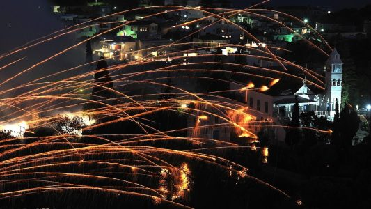 In vielen griechischen Orten werden an Ostern Feuerwerke gezündet, wie hier auf der Insel Chios. (Foto: dpa)