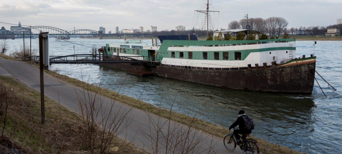 Auf diesem Hausboot untersuchen Georg Becker und andere Forscher das Leben im Wasser. (Foto: Michael Bause)