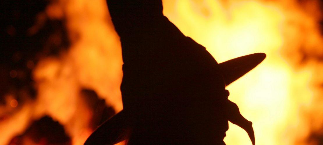 Die Silhouette einer «Hexe» vor einem Feuer, aufgenommen während der Walpurgisnacht. (Foto: dpa)
