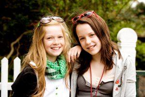 Karla (Elena Arndt-Jensen, links) und Katrine (Nanna Finding, rechts) sind beste Freundinnen, doch ihre Freundschaft wird auf eine harte Probe gestellt...