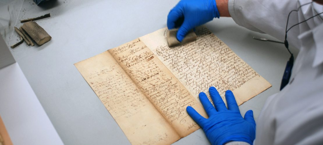 Im RDZ reinigen Mitarbeiter die fast zerstörten Dokumente aus dem eingestürzten Stadtarchiv. (Foto: Stadt Köln/Historisches Archiv)