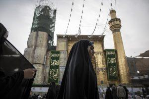 Irak, Nadschaf: Ein schiitisches Mädchen betritt die Imam-Ali-Moschee. Die Moschee ist eines der wichtigsten Heiligtümer der Schiiten. Schiiten glauben, dass dort das Grab des Ali (Ali ibn Abi Tilib), Vetter und Schwiegersohn des islamischen Propheten Mohammed, liegt.