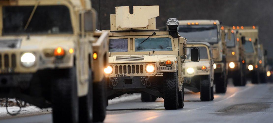 ARCHIV - 11.01.2017. Brandenburg, Brück: US-Militärfahrzeuge fahren auf der Straße eines Truppenübungsplatzes. (Foto: dpa)