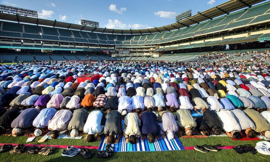 Muslime feiern im Angel Stadion in Anaheim, Kalifornien (USA) das Opferfest mit einem Morgengebet. Das Fest während der Wallfahrt nach Mekka (Hadsch) erinnert an die Bereitschaft Abrahams, einen seiner Söhne zu opfern, um Gott seinen Glauben zu beweisen. Foto: Mark Rightmire/Orange County Register via ZUMA/dpa