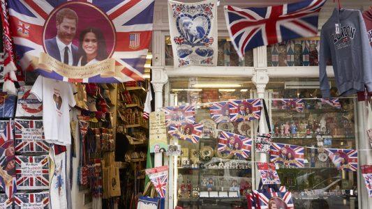 Souvenirartikel, die Prinz Harry und Meghan Markle zeigen, werden in einem Geschäft zum Verkauf angeboten. (Foto: dpa)