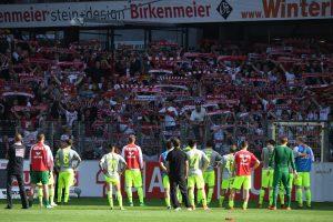 Die Kölner Mannschaft steht nach der 2:3-Niederlage vor den Fans. (Foto: dpa)