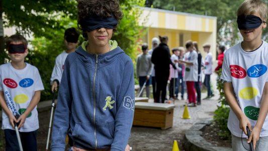 An der Grundschule Pfälzer Straße lernen Kinder, wie sich ein Leben mit einer Behinderung anfühlt. (Foto: Michael Bause)