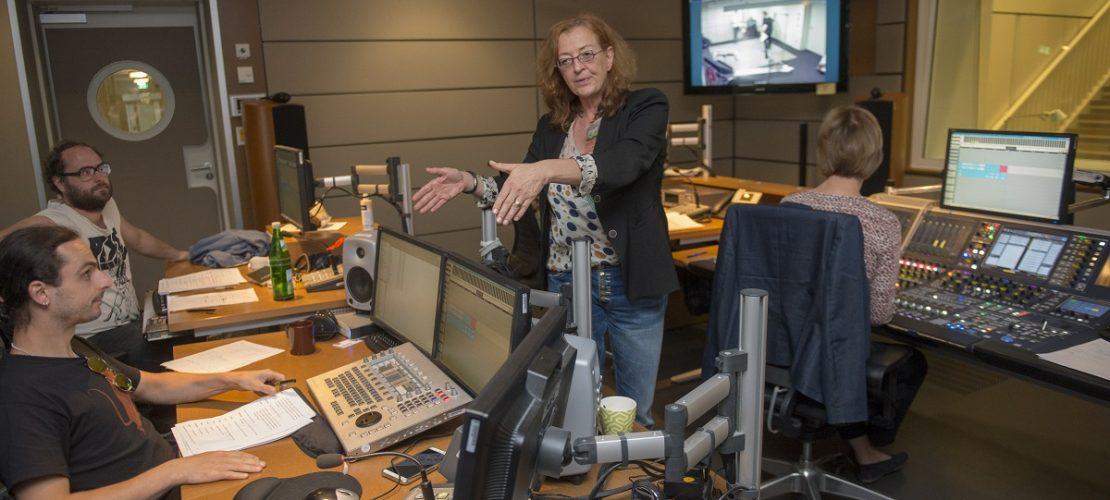 Regisseurin Petra Feldhoff ist die Chefin bei der Hörspiel-Produktion. Sie macht erst weiter, wenn die Szene wirklich gut war. (Foto: Uwe Weiser)
