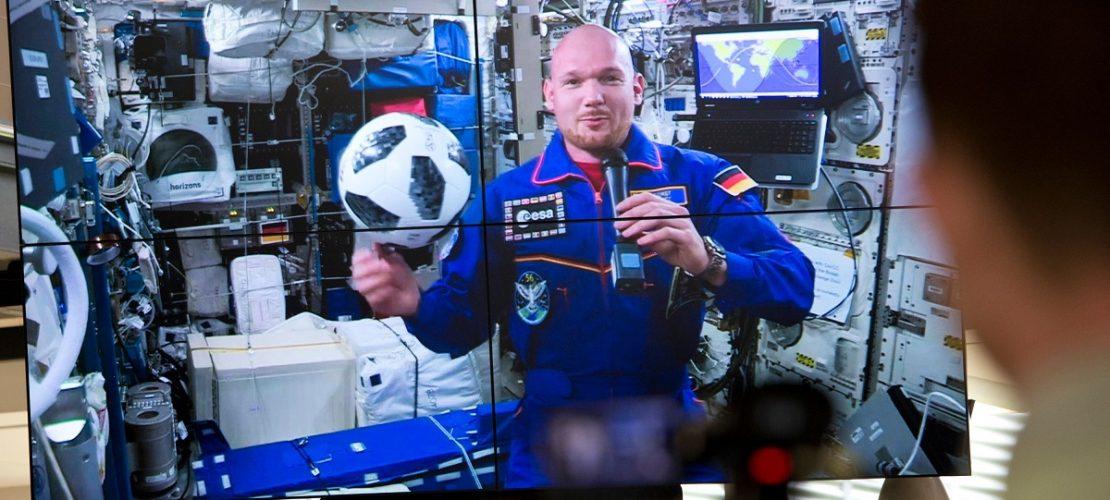 Alexander Gerst will im Weltall auch die WM verfolgen, erzählt er auf seiner 1. Pressekonferenz von der ISS. (Foto: dpa)