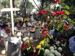 Party auf dem Friedhof ist in Mexiko nichts Ungewöhnliches. (Foto: AlanDuran - Eigenes Werk, CC BY-SA 4.0, https://commons.wikimedia.org/w/index.php?curid=36638616)