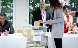 Auch Türken, die in Deutschland wählen, dürfen bei der Wahl abstimmen. Das können sie nur beim türkischen Generalkonsulat machen. (Foto: dpa)