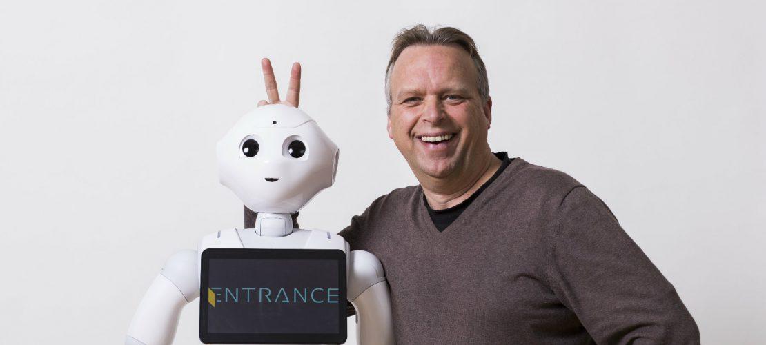 Zukunftsforscher Jörg Heynkes und sein Roboter Pepper. (Foto: Jörg Heynkes)