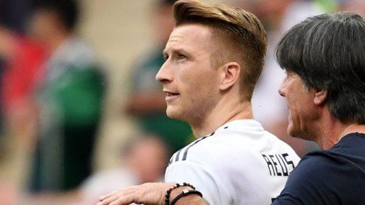 Marco Reuß und Joachim Löw beim Spiel Deutschland - Mexiko. (Foto: dpa)