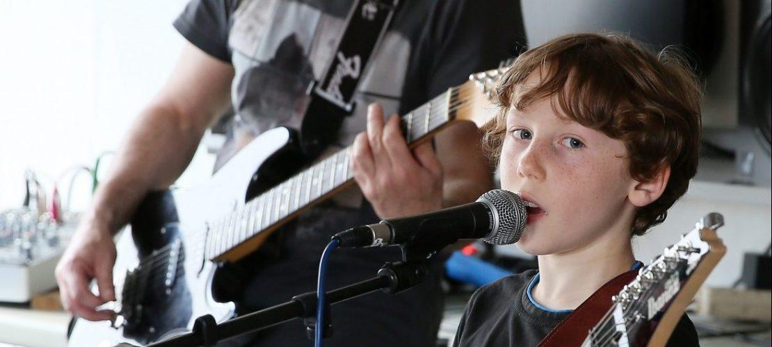 Julian singt in der jüngsten Kinderband Deutschlands: