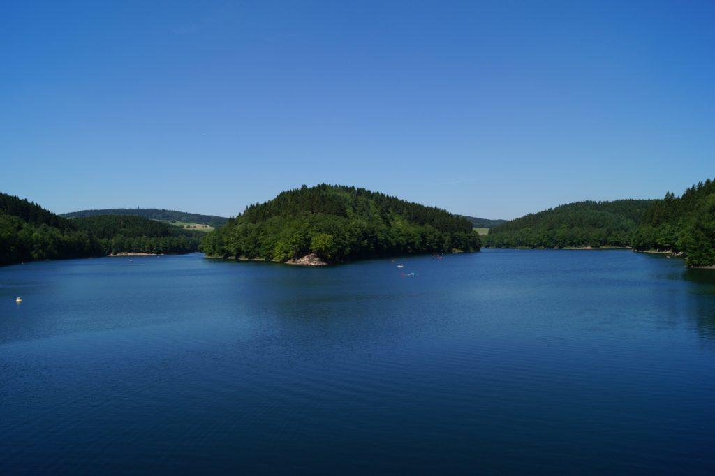 Baden, Surfen, Rudern oder Treetbootfahren - die Aggertalsperre bietet viel Erfrischung an. (Foto: Das Bergische)