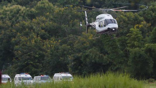 Nach der Rettung ging es für die Jugendlichen erst mal ins Krankenhaus. Foto: Vincent Thian/AP/dpa