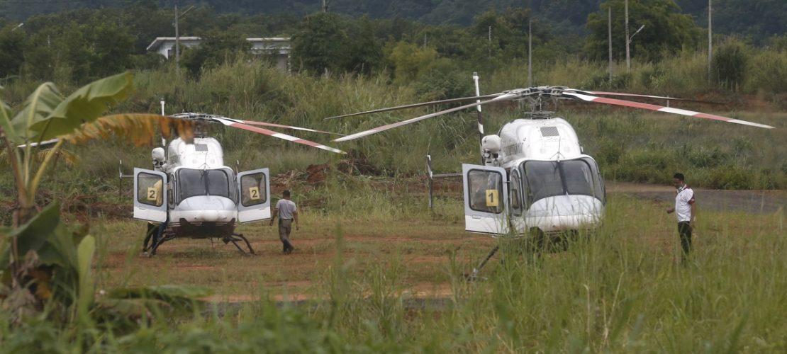 In der Nähe der Höhle stehen Hubschrauber, um die geretteten Kinder ins Krankenhaus zu bringen. (Foto: AP/dpa)