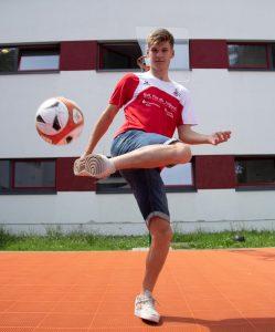 Dominik liebt das Fußballspielen sehr. Sein größter Wunsch: Den Sprung in die Herren-Mannschaft des 1. FC Köln schaffen. (Foto. Uwe Weiser)