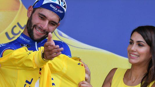 Die 1. Etappe hat am Samstag Fernando Gaviria aus Kolumbien gewonnen, deswegen durfte er sich nach seinem Sieg das Gelbe Trikot des Gesamtführenden überziehen. (Foto: dpa)