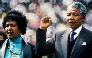 13.02.1990, Südafrika, Johannesburg: Nelson Mandela, Freiheitskämpfer gegen die Apartheit in Südafrika, und seine Frau Winnie Mandela (r) stehen während einer «Willkommen Zuhause»-Demonstration anlässlich seiner Freilassung aus dem Gefängnis in Soweto. (Foto: dpa)