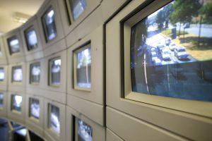 In der Verkehrsleitzentrale gibt es unzählige Bildschirme, die den Verkehr auf den Straßen zeigen. (Foto: Thomas Banneyer)