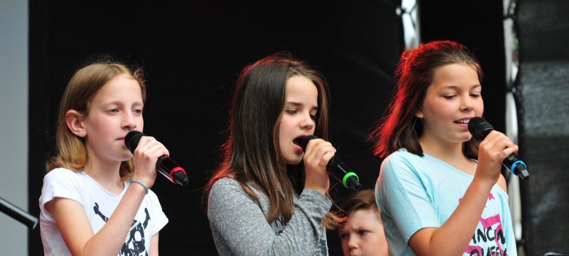 Die Sängerinnen der Kinderband singen normalerweise auch bei den