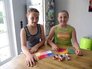 Mit diesen bunt bedruckten Klebebändern wollen die Geschwister Mia und Ella ihre Schulsachen verschönern. (Foto: Claudia Bonati/dpa)
