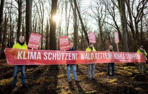 Sie haben den Kampf verloren: Demonstranten versuchten bis zuletzt den Hambacher Forst zu schützen. (Foto: dpa)