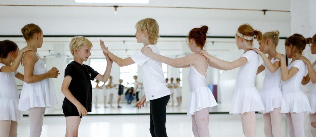 Zwei Jungs - so viele Mädchen! Wie fühlt sich das an, wenn Jungs Ballett machen? Foto: Thilo Schmülgen