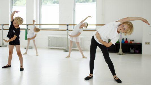 Beim Ballett wird der ganze Körper gefordert, das haben sich Mats und Richard (rechts) gar nicht so vorgestellt. (Foto: Thilo Schmülgen)