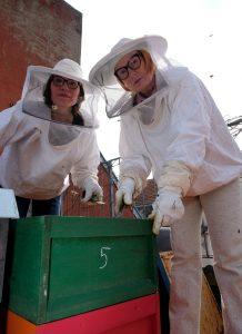 Iris Pinkepanke (rechts) und Stefanie Breil haben die Honig Connection gegründet. (Foto: Max Grönert)