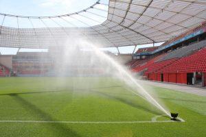 Im Leverkusener Stadion gibt es elf Rasensprenger. (Foto: dpa)