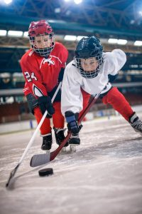 Beim Eishockey geht es mitunter zur Sache. Doch Fairplay ist auch hier angesagt. (Foto: Getty Images/iStockphoto)