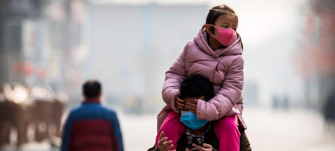 Mit Mundschutz durch China