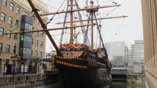 Ein Pirat segelt um die Welt